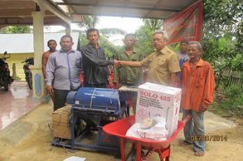 Disbun Salurkan Bantuan Alat Budidaya Perkebunan