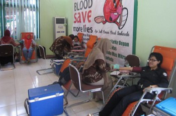 Disbun Kaltim Gelar Donor Darah dan Pasar Murah